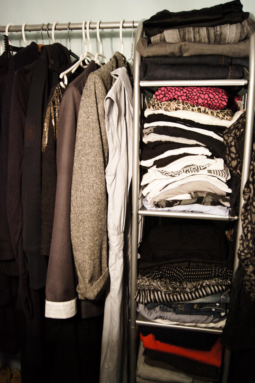 aa000be8050 Jeg holder meget af sort, grå, navy og hvid – tilsat nuancer af blå, rød,  lyserød/pink og en lille smule pudder. Om sommeren er farveskalaen en lille  smule ...